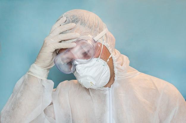 Het concept van vermoeidheid en overbelasting van artsen in het ziekenhuis tijdens het werken met patiënten met coronavirus. uitgeputte arts op de intensive care tijdens een pandemie van het coronavirus