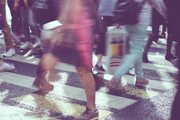 Het concept van wazig voetgangersverkeer op een stadsstraat
