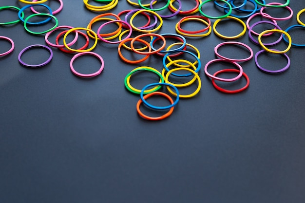 Het conceptengroep van het groepswerk kleurrijk elastiekje op zwarte achtergrond met exemplaarruimte