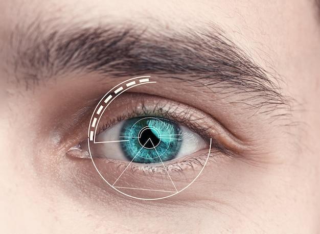 Het conceptuele beeld van het digitale oog van een jonge man