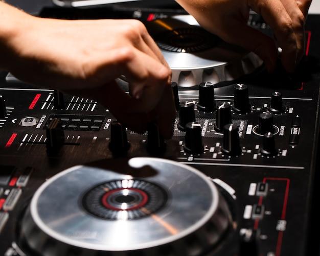 Het controlebeeld van het close-up dj in club