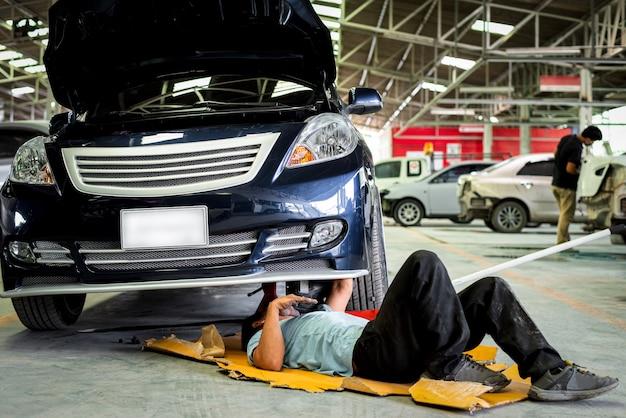 Het controleren van een automotor voor reparatie bij autogarage