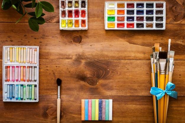 Het creatieve kunstwerk het schilderen toebehoren geplaatst vlak concept, legt