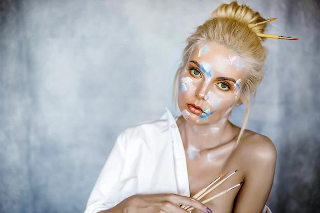 Het creatieve portret van de manierschoonheid van mooie jonge blondevrouw met kapsel.