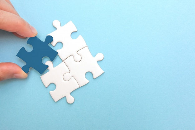 Het creëren en ontwikkelen van bedrijfsconcept. puzzelstuk komt niet overeen, idee en succes