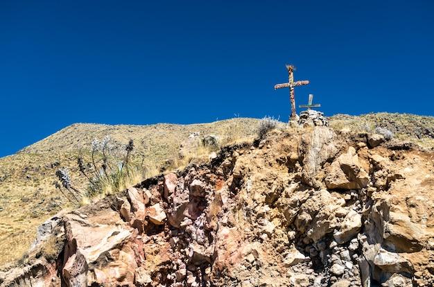 Het cruz del condor-uitkijkpunt voor vogels kijken bij de colca canyon in peru
