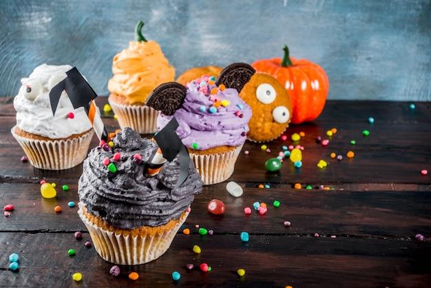 Het cupcakesdessert van grappige kinderen voor halloween