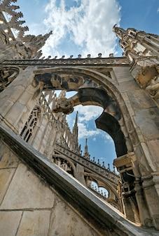 Het dak van de dom van milaan (of duomo di milaan). de bouw begon in 1386, maar eindigde pas in 1813.
