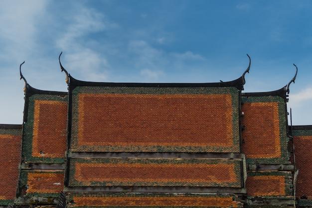 Het dak van de kerkarchitectuur van de tempel in thailand.