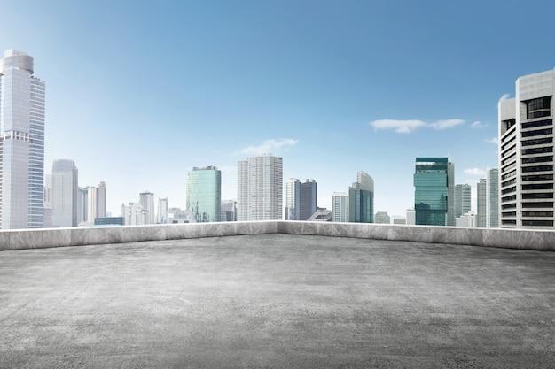 Het dak van gebouw met uitzicht op de wolkenkrabbers