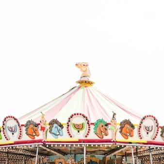 Het dakdecoratie van de carrousel tegen witte achtergrond