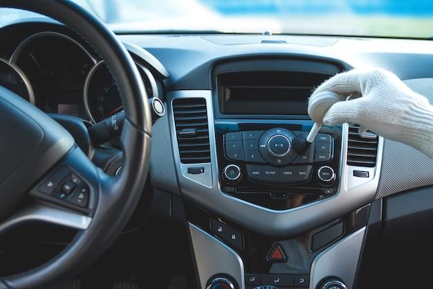 Het dashboard van de auto schoonmaken