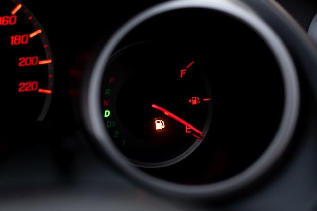 Het dashboard van de auto toont het rookgas met rood. het oliewaarschuwingslampje