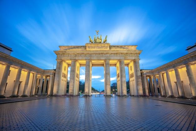 Het de poortmonument van brandenburg in de stad van berlijn, duitsland