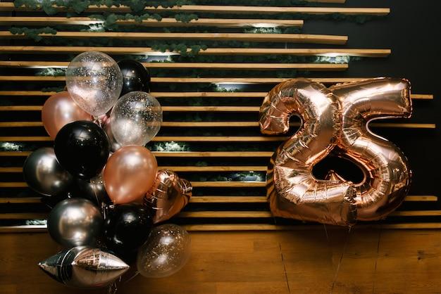 Het decor van de 25ste verjaardag van de gelballonnen