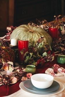 Het decor van de herfstdankzegging met dicht omhoog kaars en pompoenen