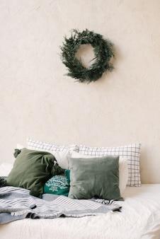 Het decor van kerst en nieuwjaar. slaapkamer met kussens