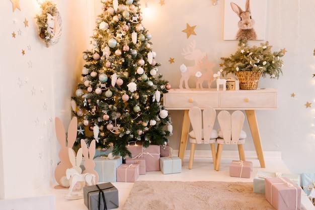 Het decor van kerstmis en nieuwjaar. kinderkamer inrichting met een kleka, speelgoed. houten tafel en stoel, selectieve aandacht