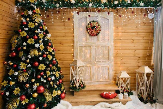 Het decor van kerstmis en nieuwjaar. mooie gevel versierd met kransen van sparren, selectieve aandacht