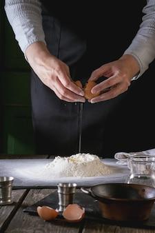Het deeg maken door vrouwelijke handen