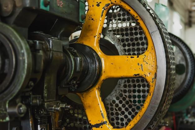 Het deel van de roterende draaibank oude machine in de fabriek. draaibanken voor metaalbewerking voor de vervaardiging van metalen onderdelen van een industriële faciliteit.