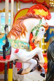 Het deel van paardencarrousel op de speelplaats