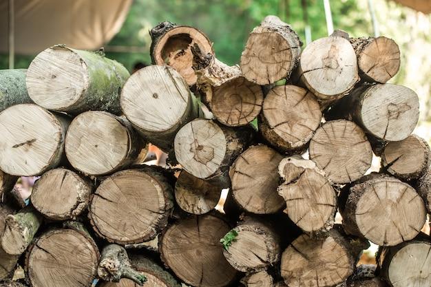 Het dek is gestapelde boomstammen