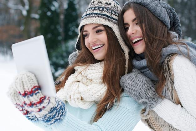 Het delen van hun online fotoalbum op winterdag