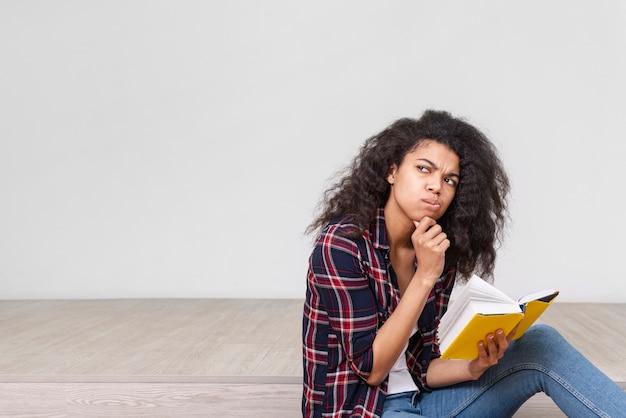 Het denken van de tiener aan het gelezen boek