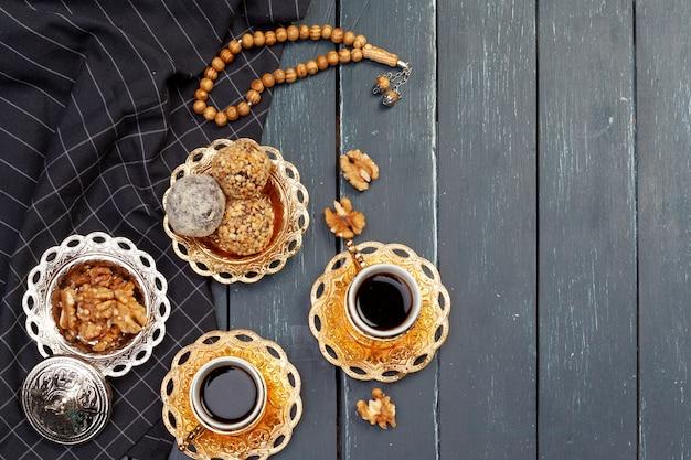 Het dessert van nootballen met koffie op donkere houten lijst wordt gediend, hoogste mening die