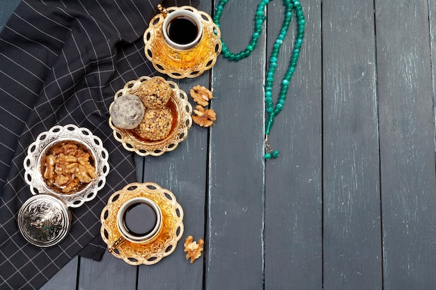 Het dessert van notenballen dat met koffie op donkere houten lijst wordt gediend, bovenkant wedijvert