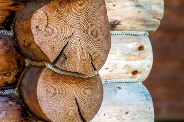Het detailbeeld van de close-up van huis dat van houten logboeken wordt gemaakt