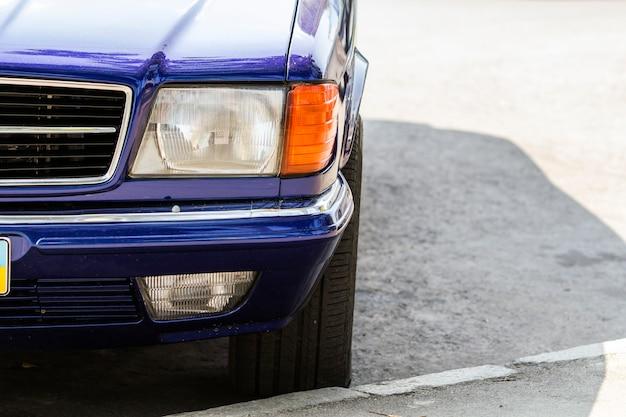 Het detailbeeld van de close-up van voordeel van een oude auto