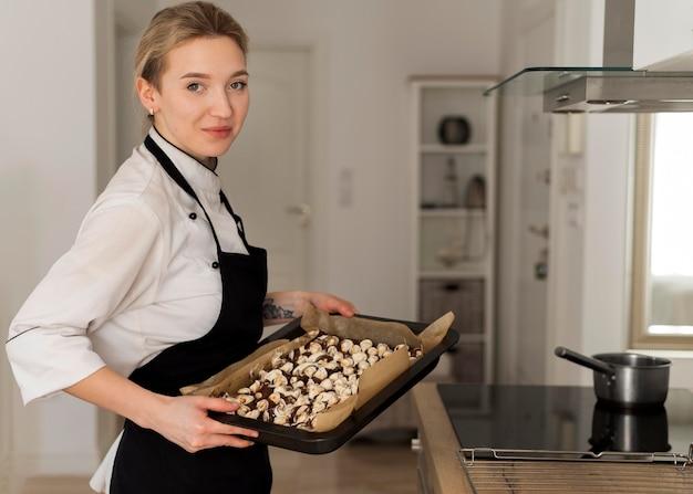 Het dienblad van de vrouwenholding met dessert middelgroot schot