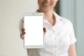 Het digitale scherm van het tabletmodel in vrouwelijke handen, close-up, exemplaarruimte