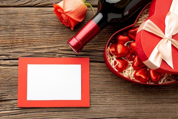 Het dinerassortiment van de valentijnskaartendag met leeg kader