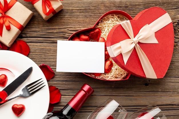 Het dinerassortiment van de valentijnskaartendag met lege kaart