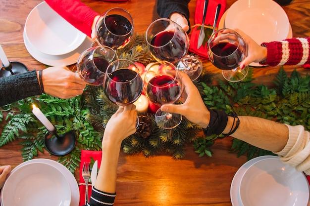 Het dinerconcept van kerstmis met hoogste mening van wijnglazen