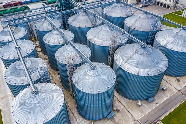 Het distillatieproces wordt gebruikt om biogas bij station te produceren. ecologische biobrandstof. uitzicht van boven.