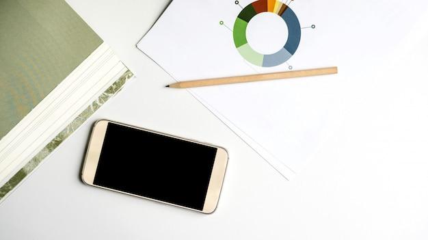 Het document, smartphone en boek op een bureau.