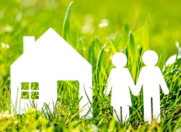 Het document sneed familie met huis op groene grasachtergrond