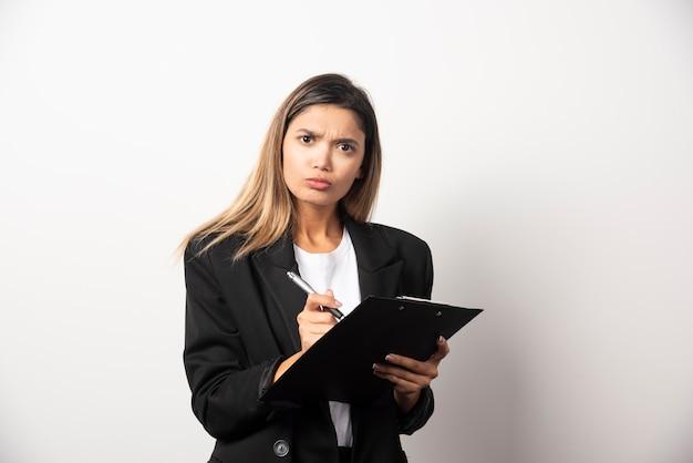 Het document van de bedrijfsvrouwenholding op klembord.