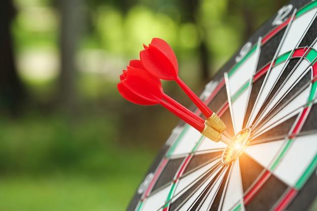 Het doelcentrum van het dartboard met pijlen, idee van financieel en bedrijfsdoel, gebruikend als achtergrond
