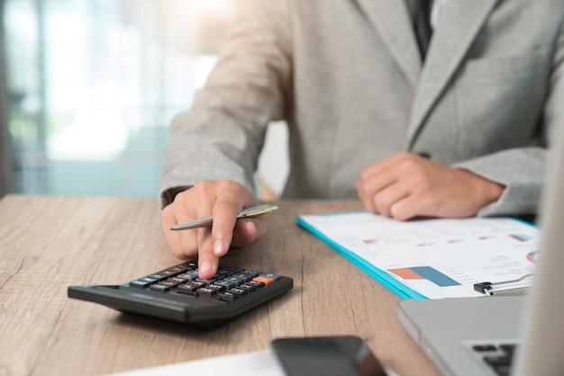 Het doen van financiën op kantoor aan huis met de berekening van de kosten