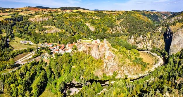 Het dorp arlempdes met zijn kasteel op een basaltrots in een meanderbocht van de rivier de loire. haute-loire, frankrijk