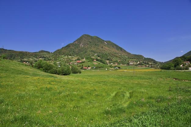 Het dorp in bergen van slovenië