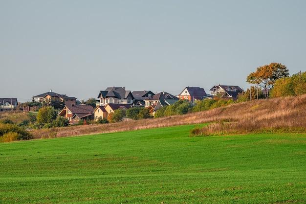 Het dorp in de groene holte. modern cottage-dorp in een groen veld. rusland.