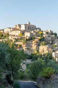 Het dorp kleine middeleeuwse stad van de gordesheuveltop in zuid-provence frankrijk