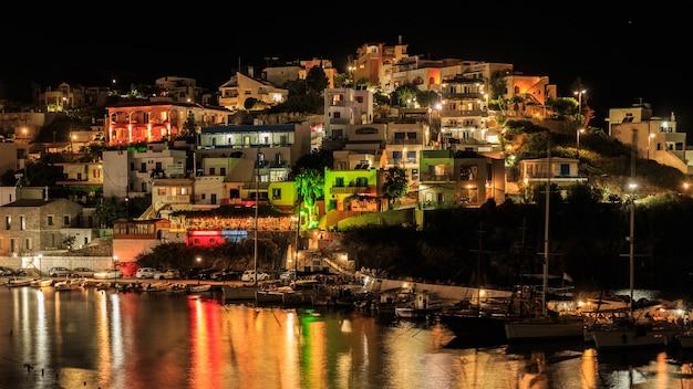 Het dorp van bali bij nachtlandschap