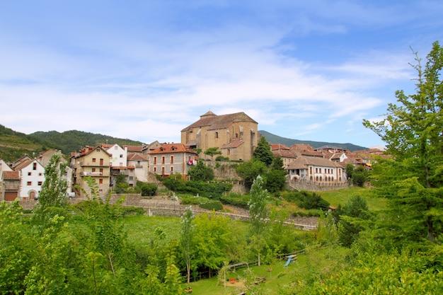 Het dorp van hecho de pyreneeën met romaanse kerk
